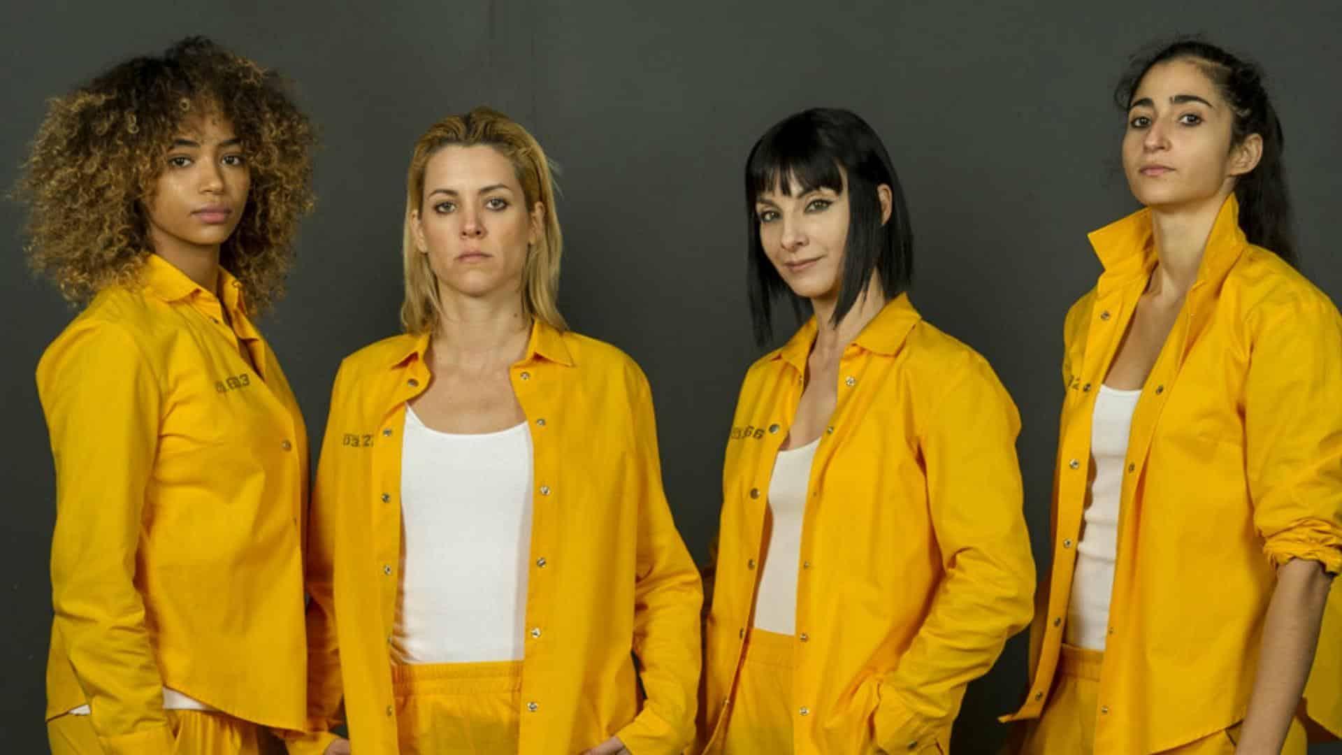Cast vis a vis in tuta gialla Macarena e Zulema in primo piano